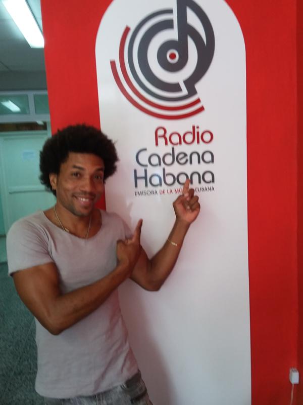 Erick Jon en su visita a Radio Cadena Habana