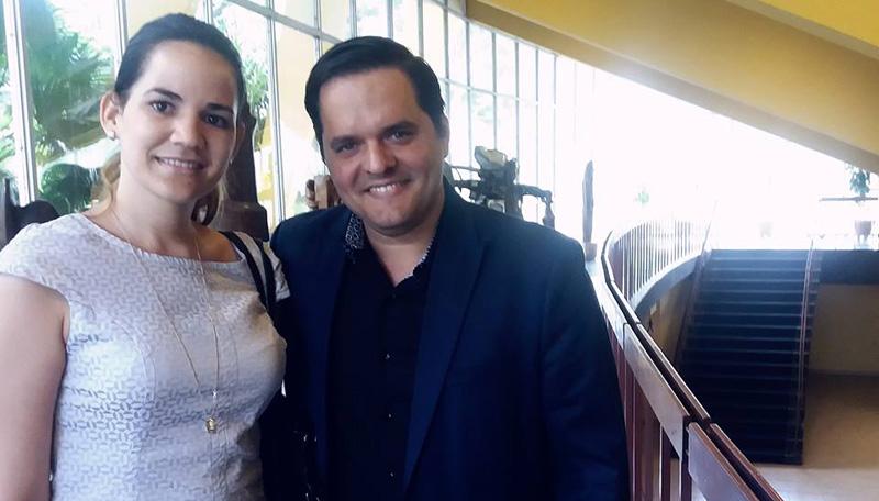 Yalil Guerra jutno a la periodista Lilien Trujillo Vitón