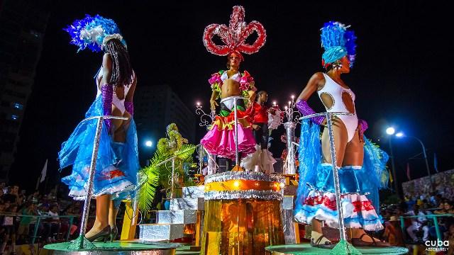 Carrozas en el carnaval de La Habana