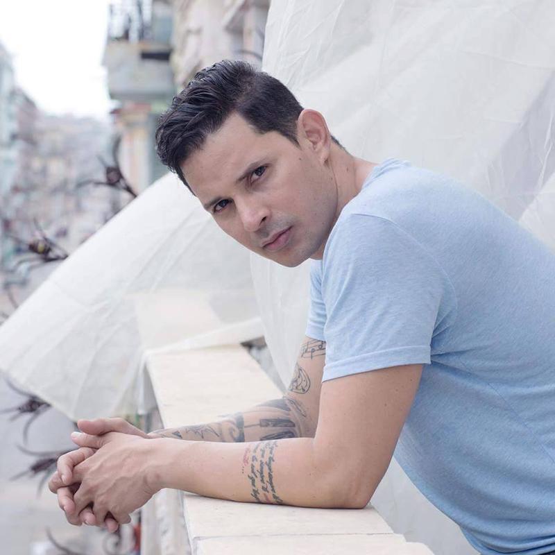 Leoni Torres vocalista, compositor y productor cubano